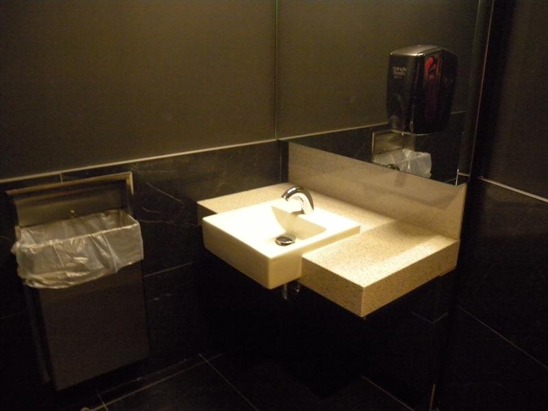 Salle de toilette à cabinet unique près de la réception